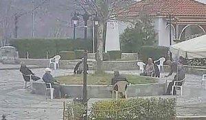 Οι παππούδες που έγιναν viral: Σαν τους ιππότες της στρογγυλής τραπέζης, τήρησαν τις αποστάσεις