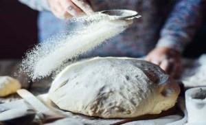 Read more about the article Συνταγή της γιαγιάς: Το σπιτικό ψωμί αρχίζει πλέον να έχει την τιμητική του