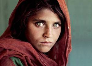 Read more about the article Το 12χρονο τότε κορίτσι με τα πράσινα μάτια που έγινε ένα από τα διασημότερα εξώφυλλα του National Geographic φωτογραφήθηκε ξανά μετά από 30 χρόνια