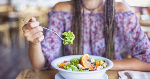 8 κόλπα για να τρως λιγότερο