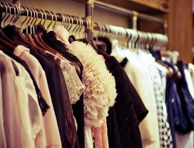 Πώς μπορείς να διώξεις τη μυρωδιά τσιγάρου από τα ρούχα