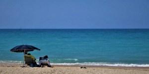 Το επικίνδυνο λάθος που κάνουν πολλοί με τις πετσέτες και τις ψάθες παραλίας
