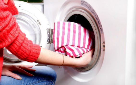 Καθαρίστε σε βάθος τα sneakers σας βάζοντάς τα στο πλυντήριο