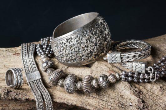 Καθαρίστε τα ασημένια σας κοσμήματα