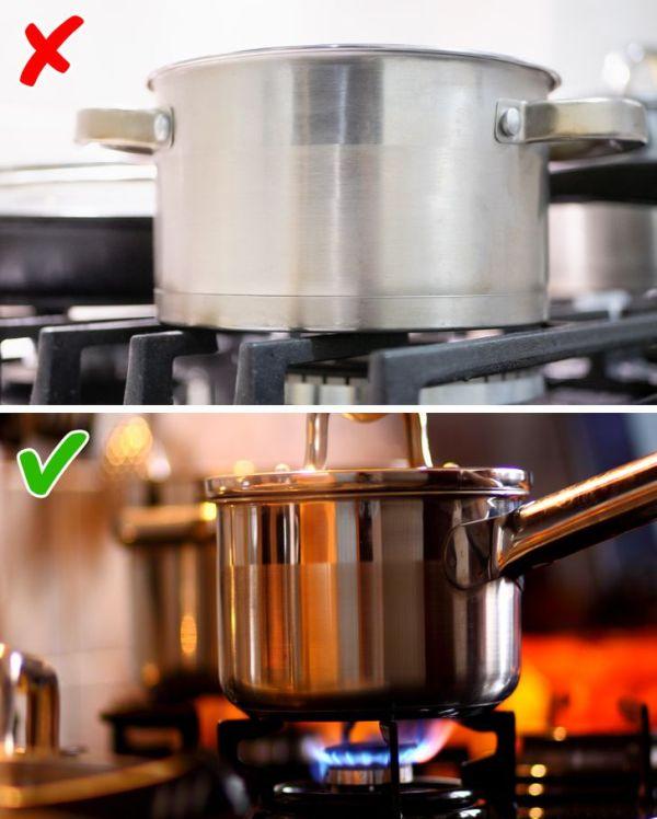 Τοποθετείτε τα υλικά στην κατσαρόλα όσο είναι ακόμα κρύα.
