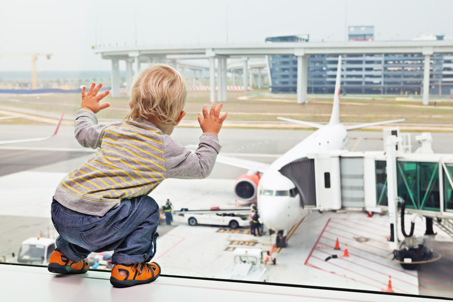 Posso portare il passeggino in aereo? Sì, si può