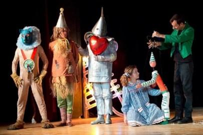 Teatro Colla sul palco di aprile con le sue marionette