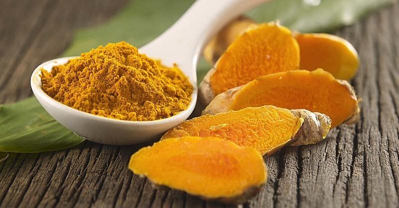 Curcuma e miele: il rimedio naturale contro tosse e raffreddore