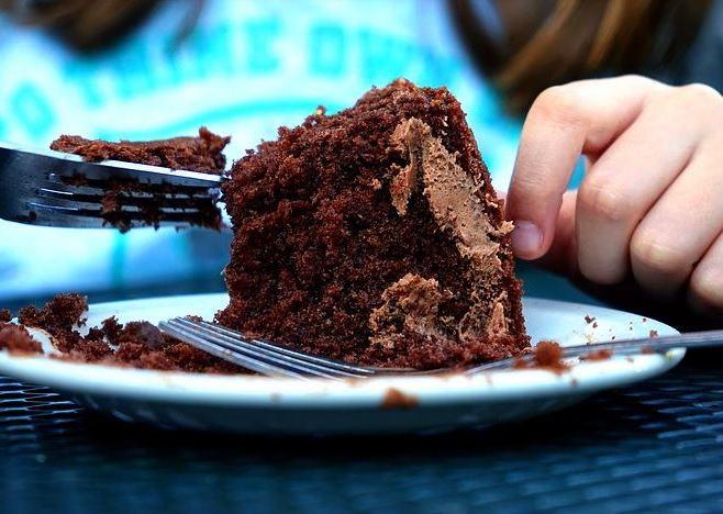 La torta di cioccolato leggera, da far fare ai bambini