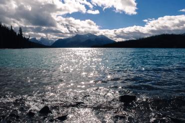 Die Sonne kommt raus am Lake Maligne