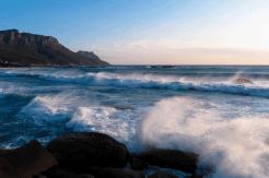 Wellen am Strand von Camps Bay, Kapstadt, Südafrika
