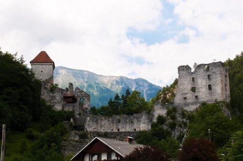 Eine alte Burg, dahinter beginnt der Track