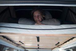 Erstes Probeliegen auf Matratze und Lattenrost im neuen Hubdach
