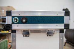 Doppelbatteriesystem: Stromkiste mit Steckern im Deckel