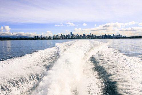 Bugwellen unsere Whalewatching Bootes vor Vancouver, British Columbia