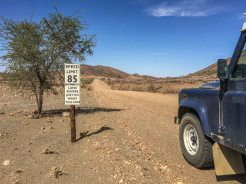 Land Rover Straßenschild in Namibia