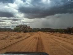Regenwolken über den Kopjes im Damaraland, Namibia