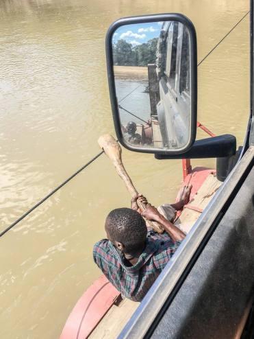 Sambia: Die Pontoon-Fähre über den Luangwa zu ziehen ist Handarbeit