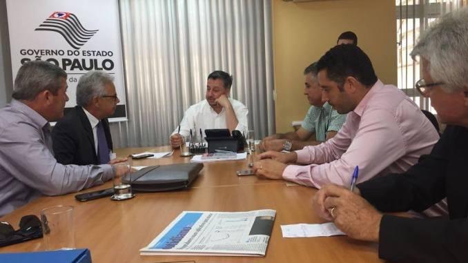 Deputado Giriboni em reunião na FDE