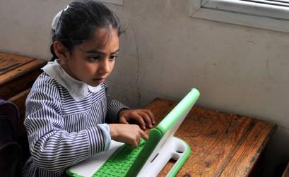 Gaza girl at study di One Laptop per Child