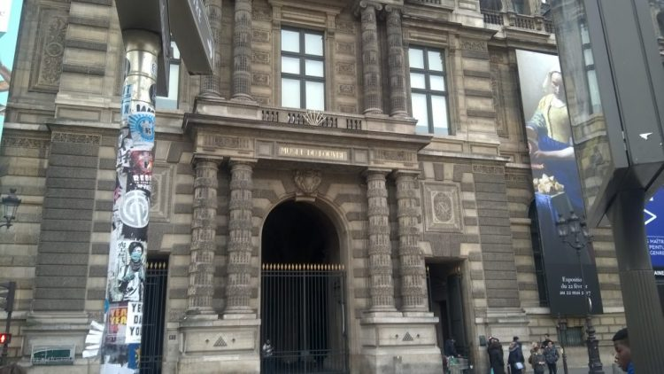 Frontal view of Musee du Lovre