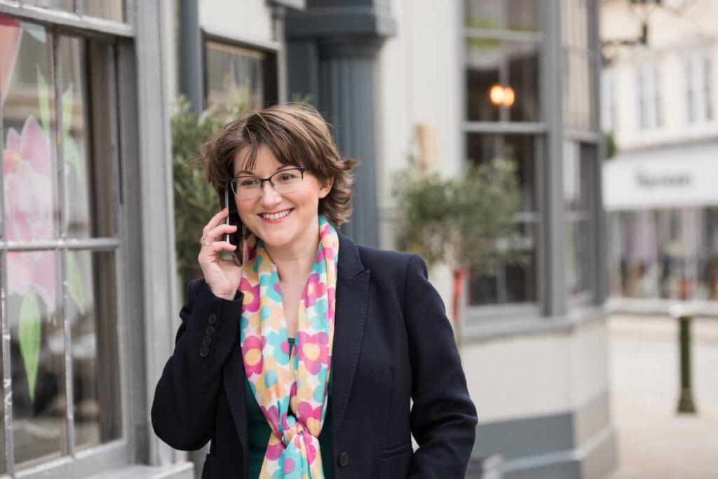Elizabeth en el teléfono