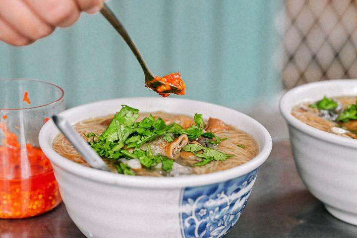 【板橋小吃】深丘大腸蚵仔麵線:板橋人的心頭好,大腸蚵仔料多實在加點辣更美味 @女子的休假計劃