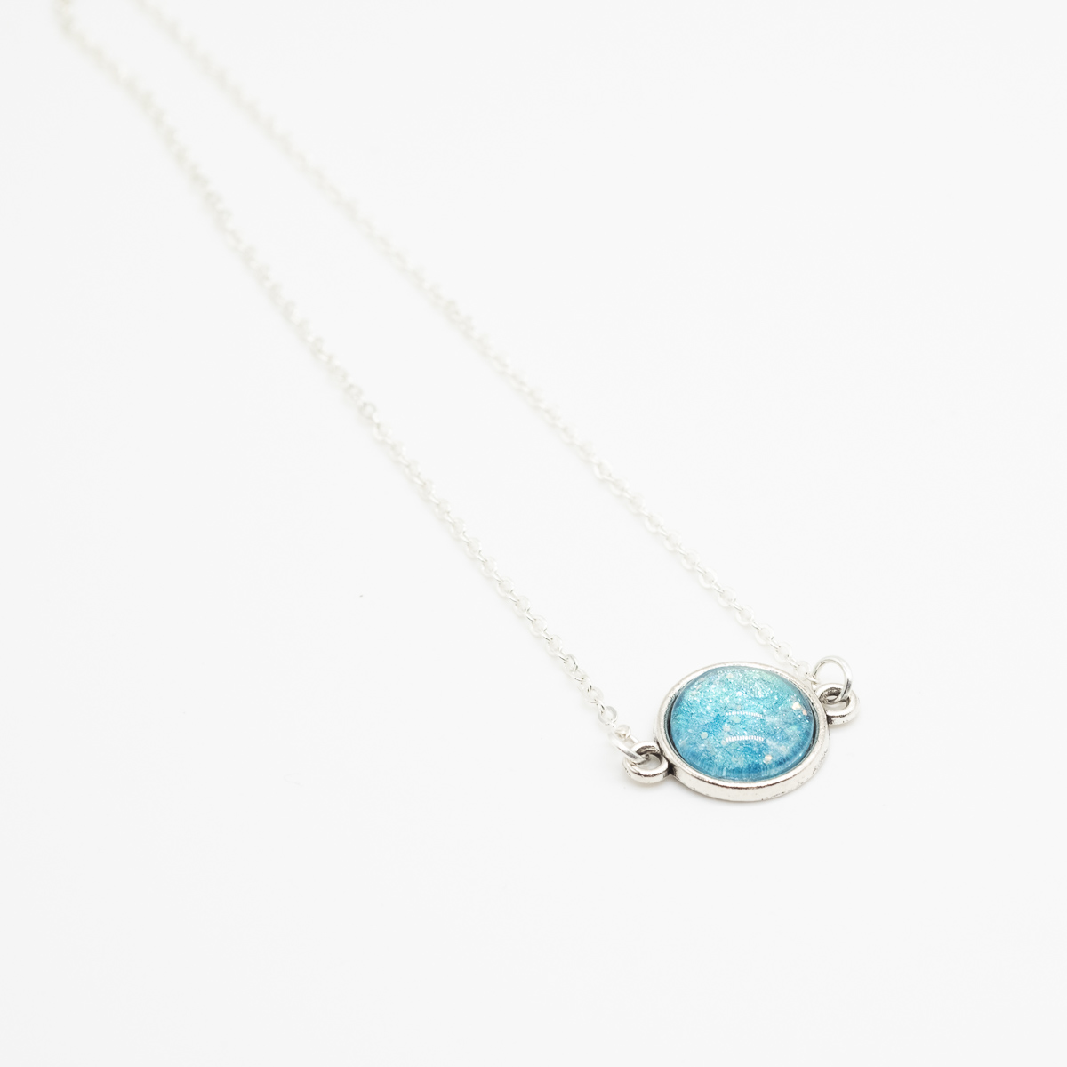 KET-116 handgeschilderde ketting blauw glitter