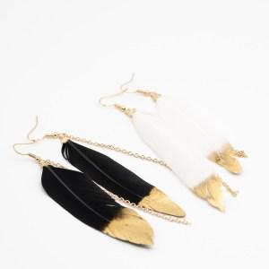 Ibiza oorbellen zwart of wit met veer kopen