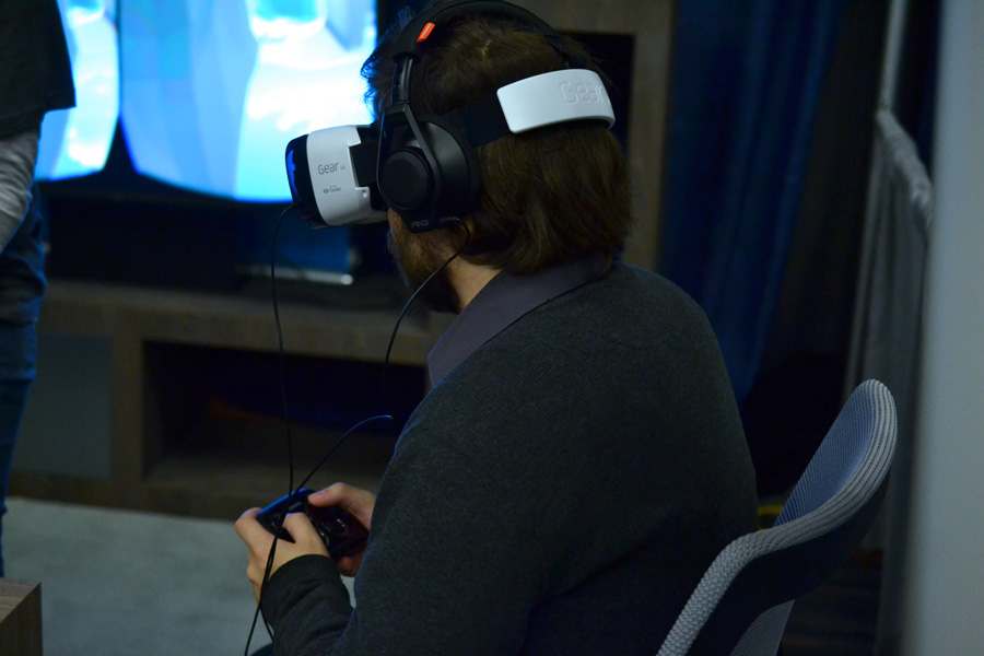 MIGS attendant tries the Gear VR headset © Catherine Smith-Desbiens / Girls on Games