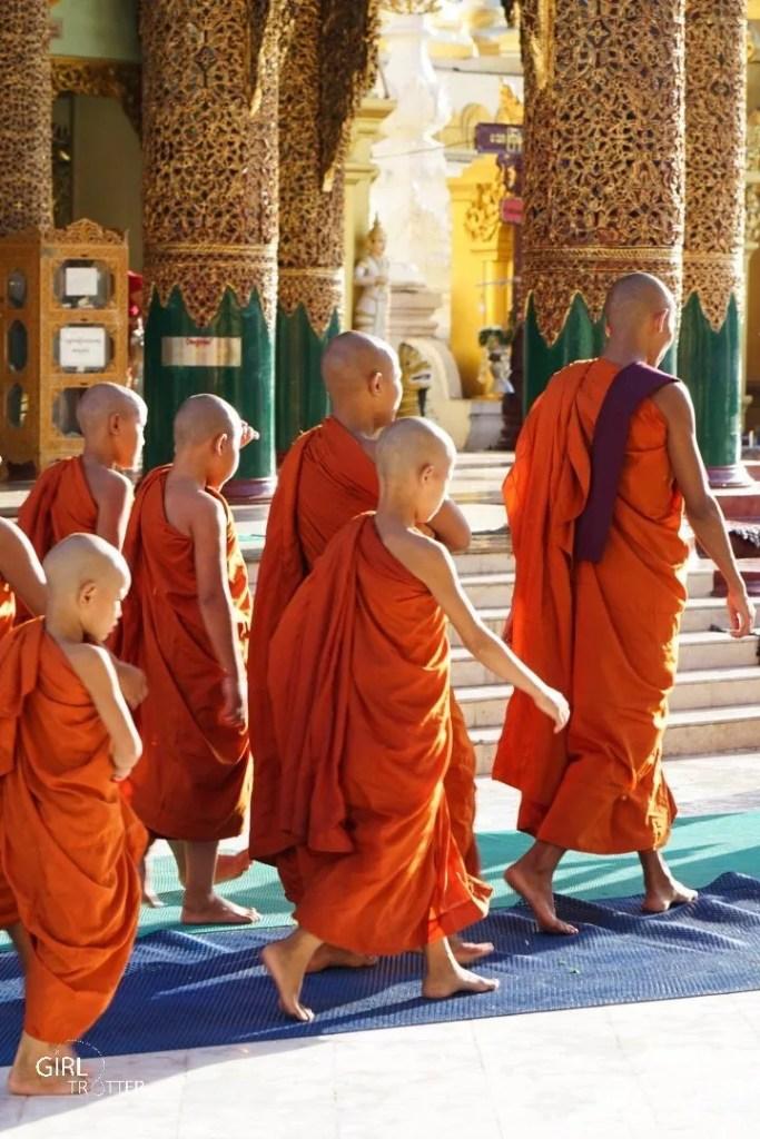 Moines pagode Shwedagon de Yangon au Myanmar
