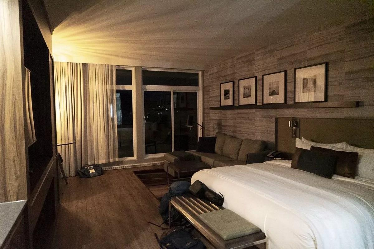 Chambre de l'hôtel Resort Entourage sur-le-lac en hiver à Lac-Beauport proche de la ville de Québec