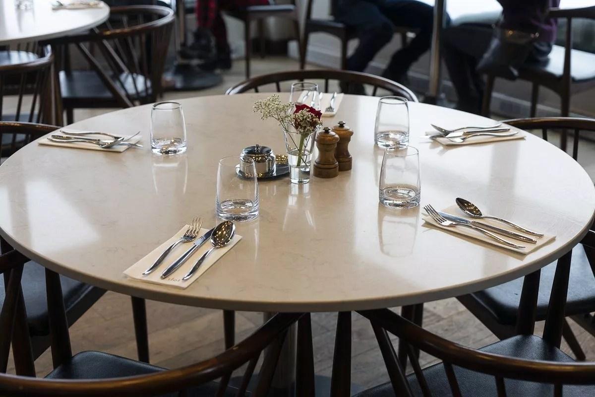 Restaurant l'îlot de l'hôtel Resort Entourage sur-le-lac en hiver à Lac-Beauport proche de la ville de Québec