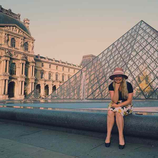 I swear, I can look mildly fashionable when I visit the Louvre in Paris.