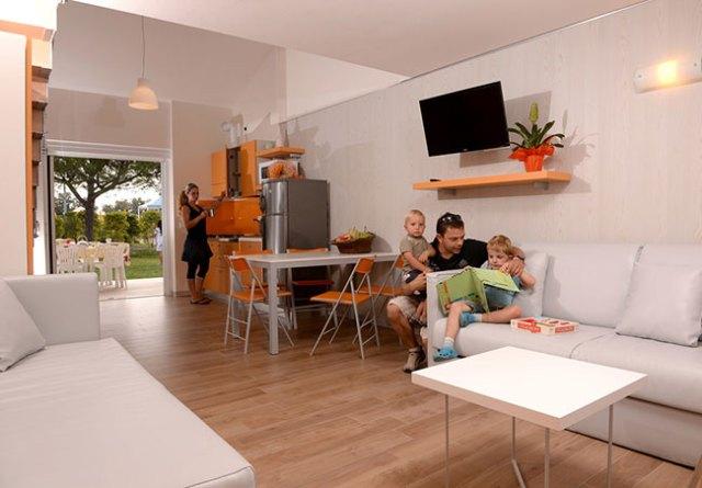 Bungalow-Superior---interno-vista-esterno-con-ospiti-vacanze-a-Caorle