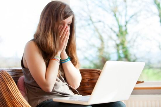 Une fille stupéfaite suite à une cyber attaque de son ordinateur