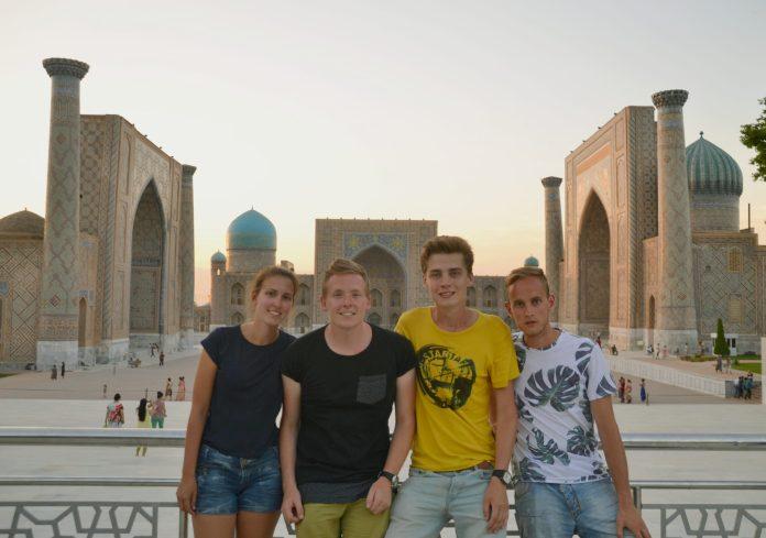 V.l.n.r.: Marin, Dion, Johnno en Wouter op het Registan in Samarkand, Oezbekistan