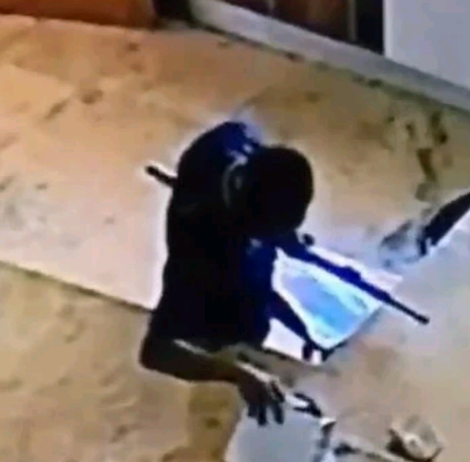 Nigeria Civil defence officer caught on CCTV stealing money from a purse (video)