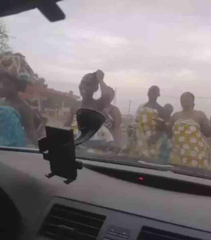 Women go topless to pray against coronavirus (video) 1