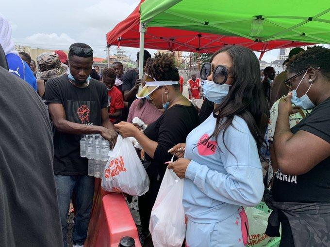Mercy shares food, money and drinks at Lekki #EndSARS protest (Photos/Video)