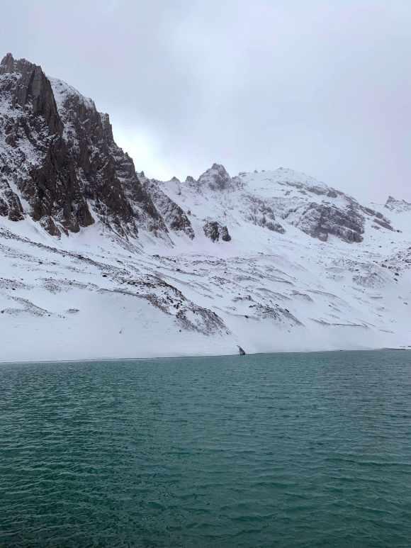 primo piano sulla superficie blu del lac des beraudes