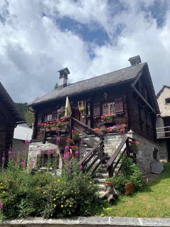 casa di legno del paese di Devero