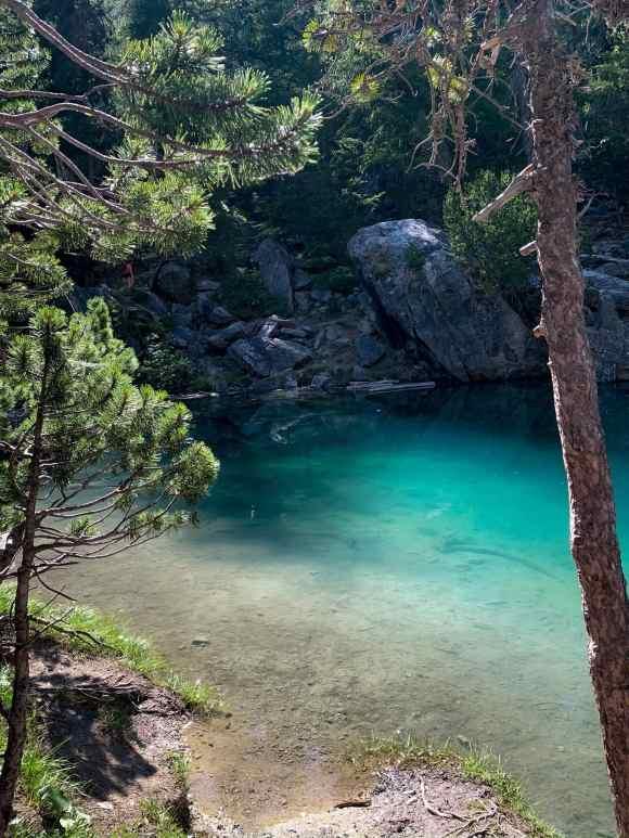 sponda del lago verde, con vista sulle acqua trasparenti
