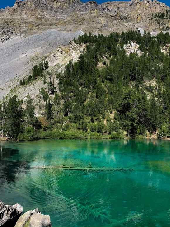 Vista sul lago verde di Bardonecchia