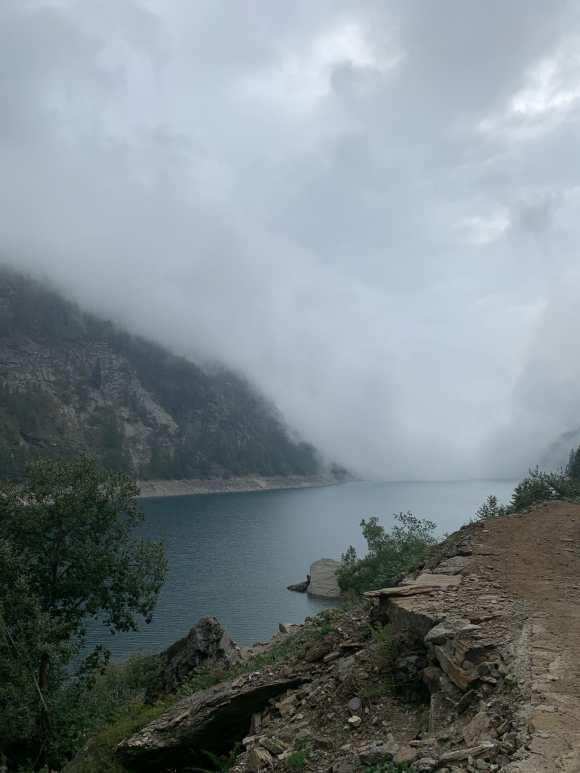 sentiero laterale che percorre le sfonde del lago di agaro nell'alpe devero