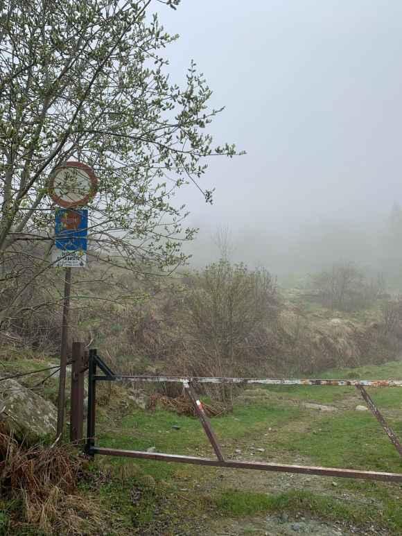 inizio del sentiero di fianco l'ecomostro dell'alpe bianca