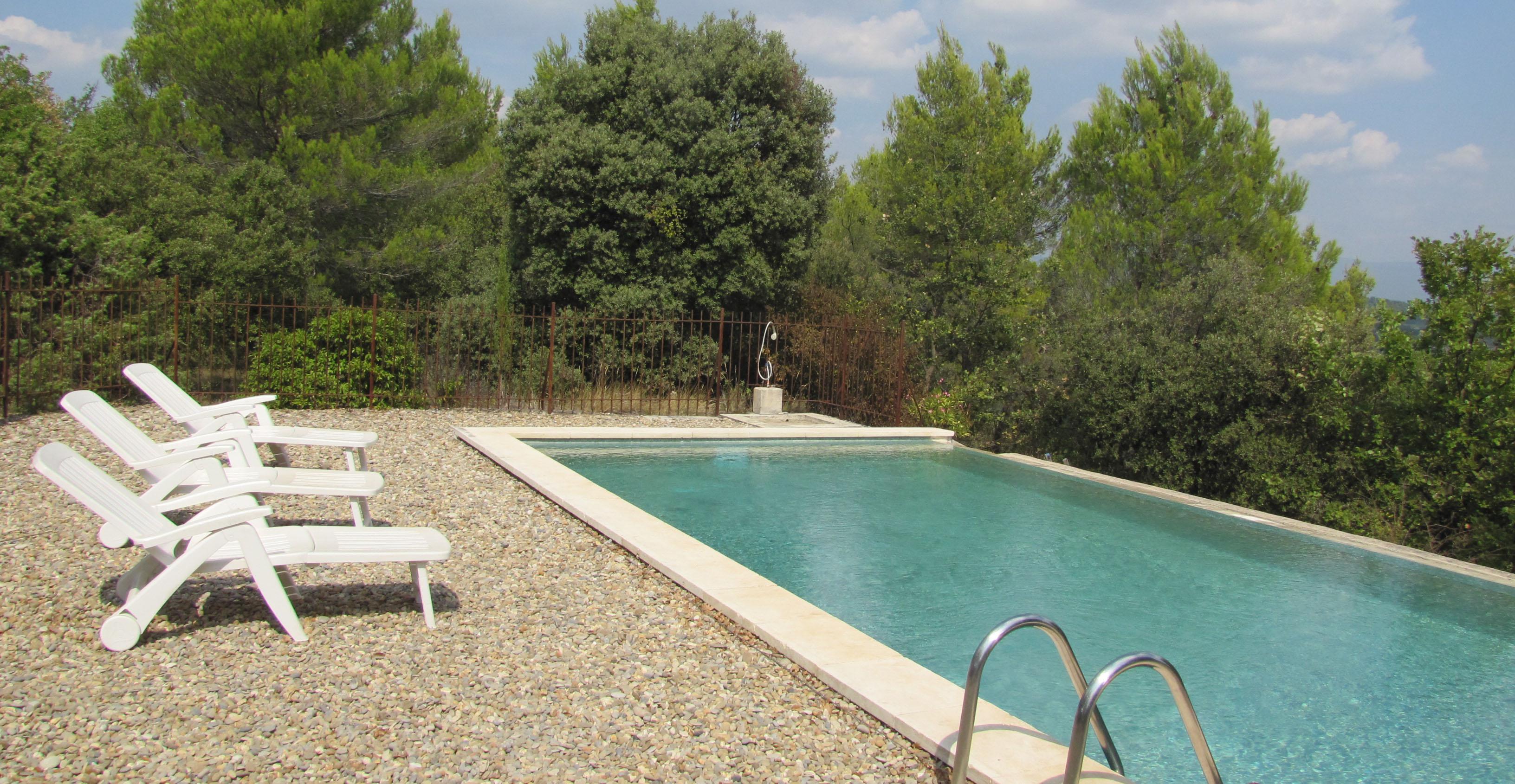 La piscine à débordement privative avec vue sur la vallée