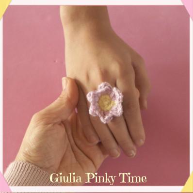 Foto: anello con asola per cucire il fiorellino all'uncinetto.
