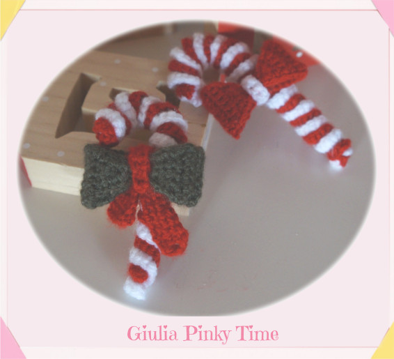Crochet candy canes with bow