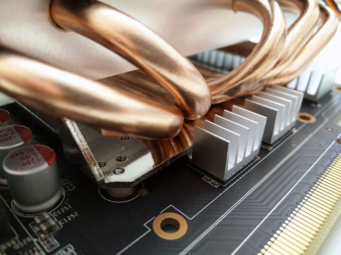 Detail of the Arctic MONO Plus on a Zotac GTX 1060 Mini 3GB concerning RAM heatsinks
